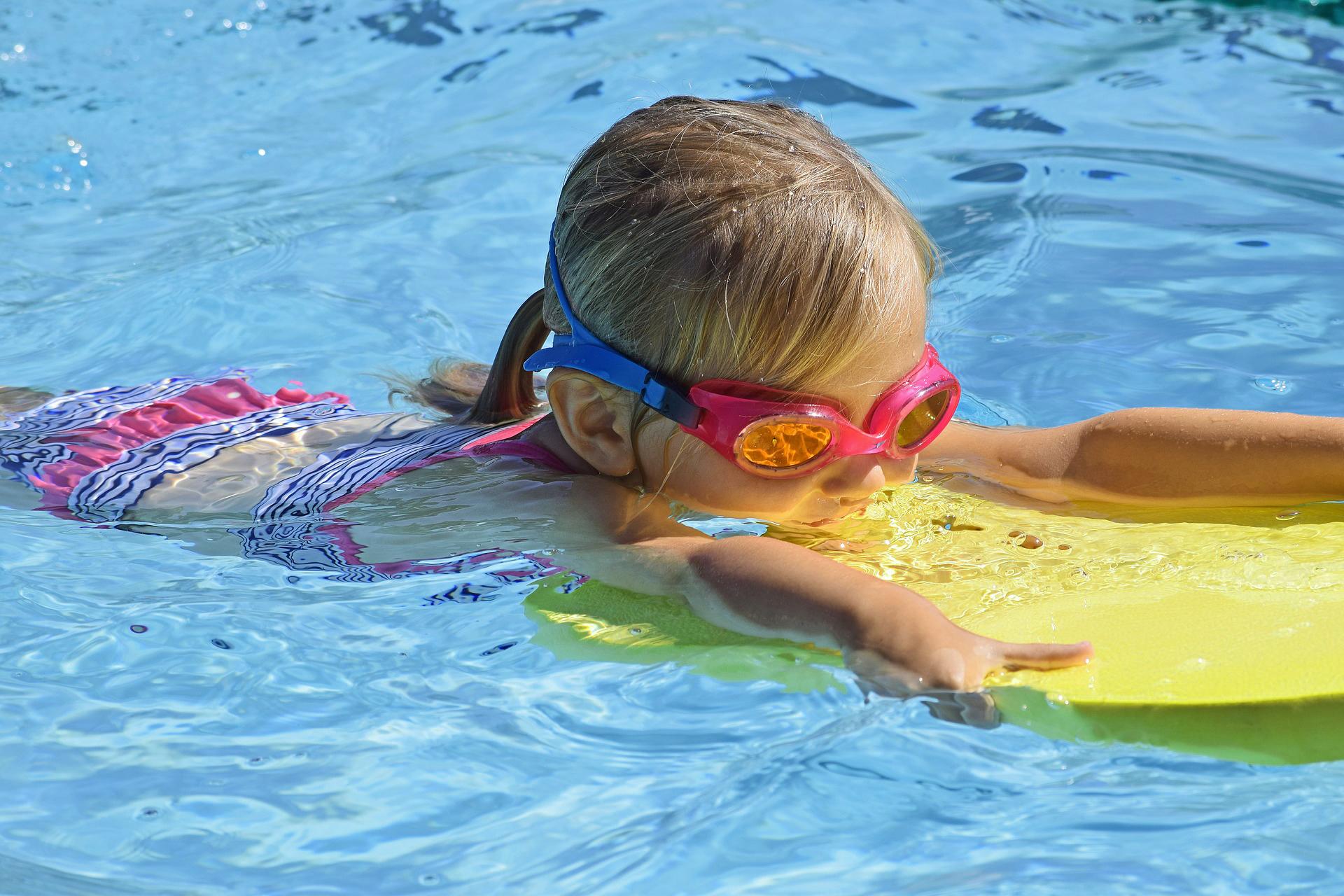 meisje zwemmen